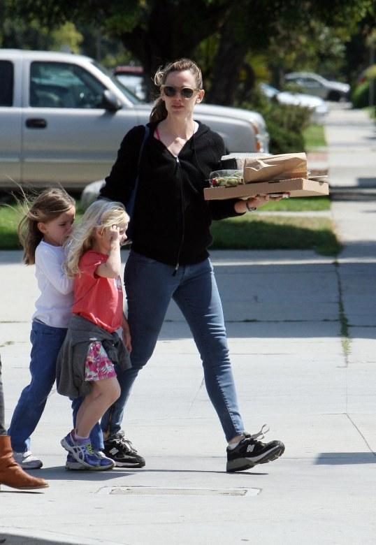 JENNIFER GARNER PICKS UP PIZZA FOR THE FAMILY